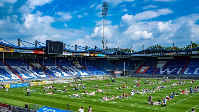 Vierhonderd Willem II-supporters picknicken op het heilige gras (foto: Pitchnick013).