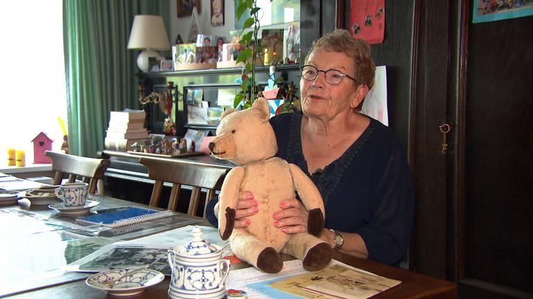 Paula met de beer die ze op haar eerste verjaardag kreeg, in het kamp bewaarde haar moeder er sieraden en geld in.