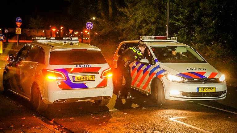 De politie ging in de buurt op zoek naar de verdwenen automobilist (Sem van Rijssel/SQ Vision).