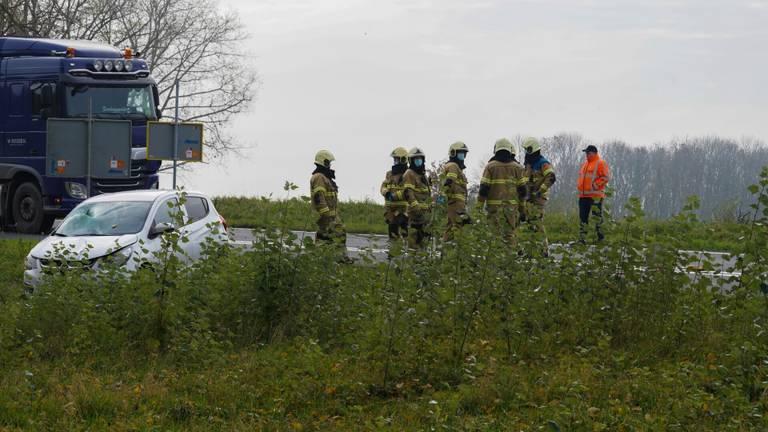 Het ongeluk op de afrit van de A50 bij Ravenstein gebeurde rond halfeen zaterdagmiddag (foto: Gabor Heeres/SQ Vision).