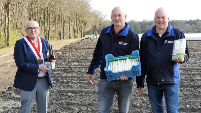 Ton en Walter Gubbels krijgen de eerste prijs overhandigd (foto: Brabants Asperge Genootschap).