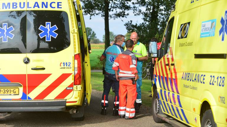 Vanwege het ongeluk op de Kraaiendijk in Someren werden twee ambulances en een traumaheli opgeroepen (foto: Johan Bloemers/SQ Vision).