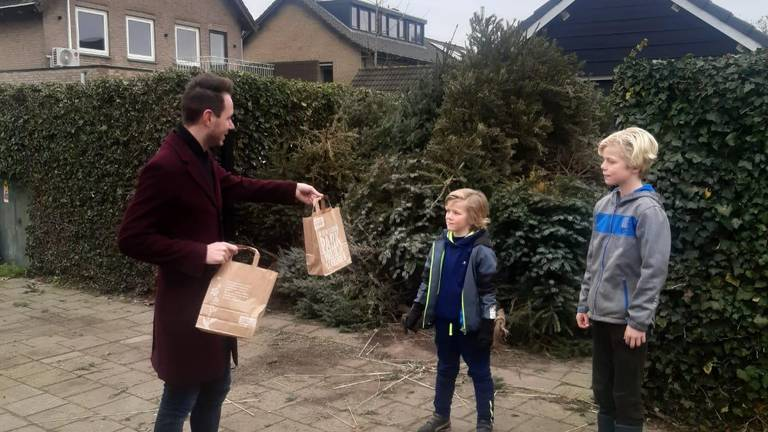 De kinderen kregen toch een verrassing voor hun bizarre verzameling (foto: Kevin van Oort).