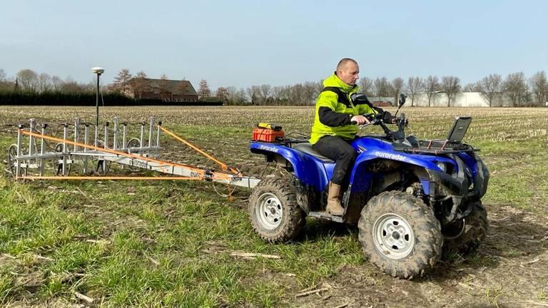 Met een grondradar wordt de bodem in kaart gebracht (foto: Erik Peeters).