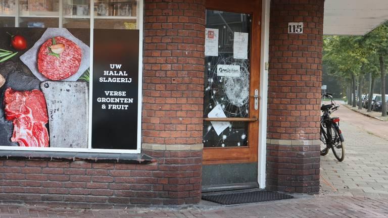 De beschadigde voordeur van de slagerij (foto: Bart Meesters).