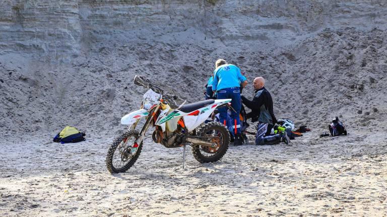 De gewonde motorrijder is na zijn val in Bakel naar een ziekenhuis gebracht (foto: Harrie Grijseels/SQ Vision).