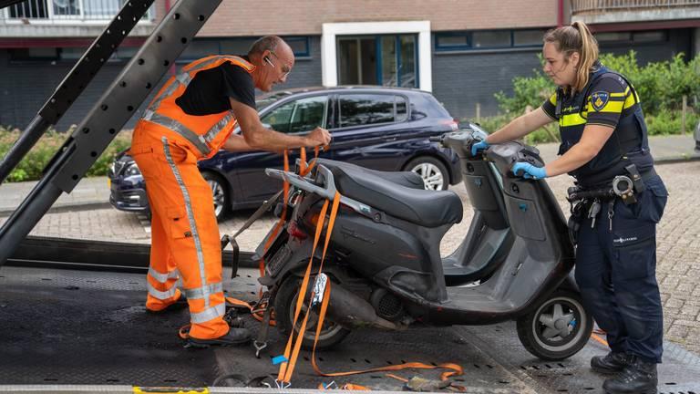 Onder meer scooters werden in beslag genomen (foto: Iwan van Dun/SQ Vision)