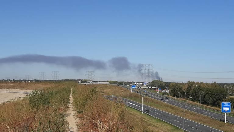 De rook is vanaf Blixembosch in Eindhoven te zien (foto: Hans Traa)
