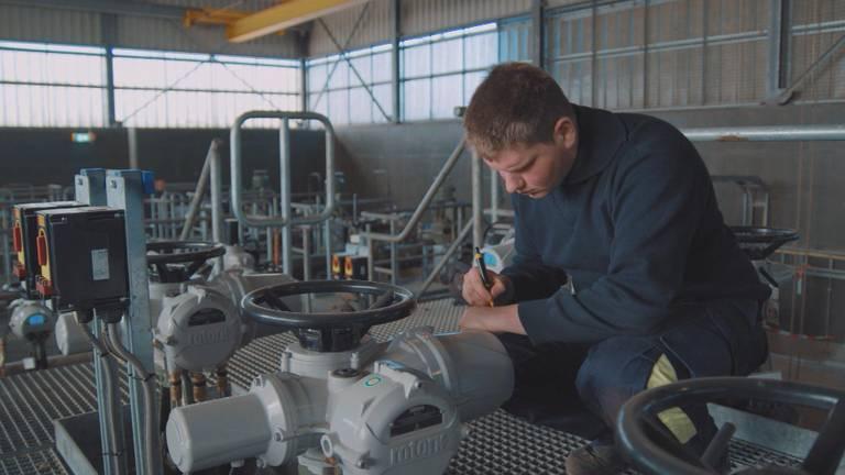 Een medewerker van DPO onderhoudt het nog altijd bestaande netwerk van brandstofleidingen.