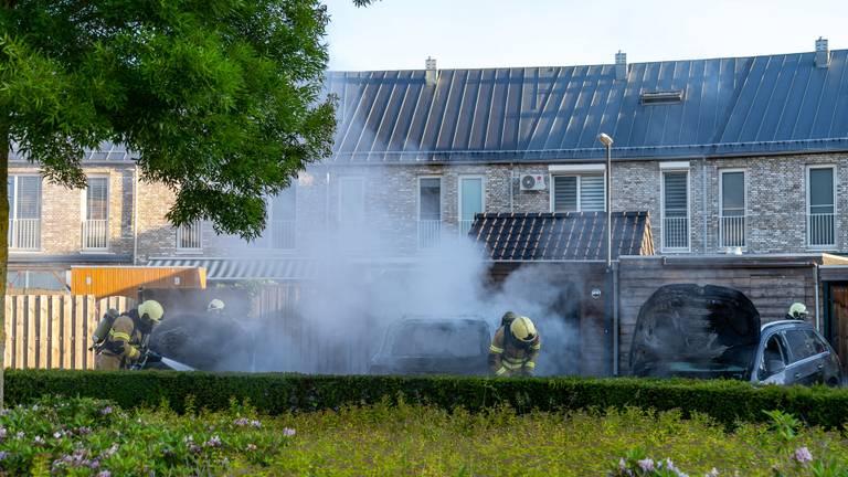 De brandweer deed er alles aan om de wagens te redden (foto: Iwan van Dun/SQ Vision Mediaprodukties).