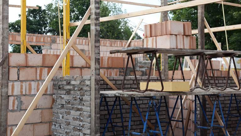 Voor een bouwvergunning tast je soms diep in de buidel. (Archieffoto: Karin Kamp)