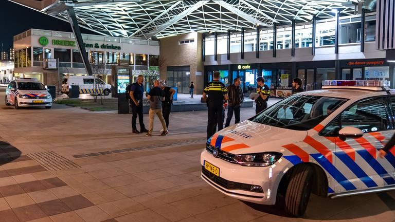 De politie bij station Tilburg (foto: Iwan van Dun/SQ Vision).