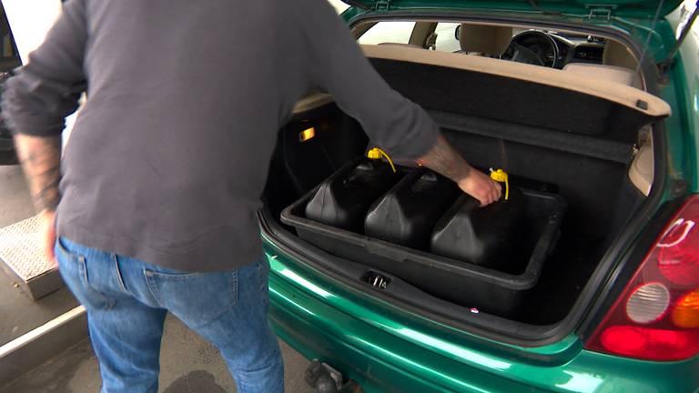 Een man kwam drie jerrycans met benzine vullen.