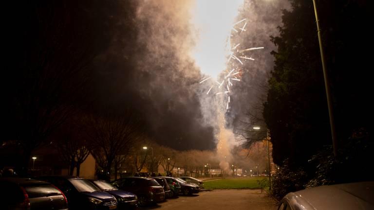 Jongeren staken in Roosendaal vuurwerk af met brandbaar spul (foto: Christian Traets/SQ Vision).