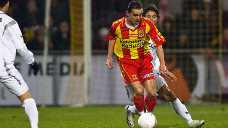 Marc Overmars stak na vier jaar Go Ahead Eagles een handje toe.