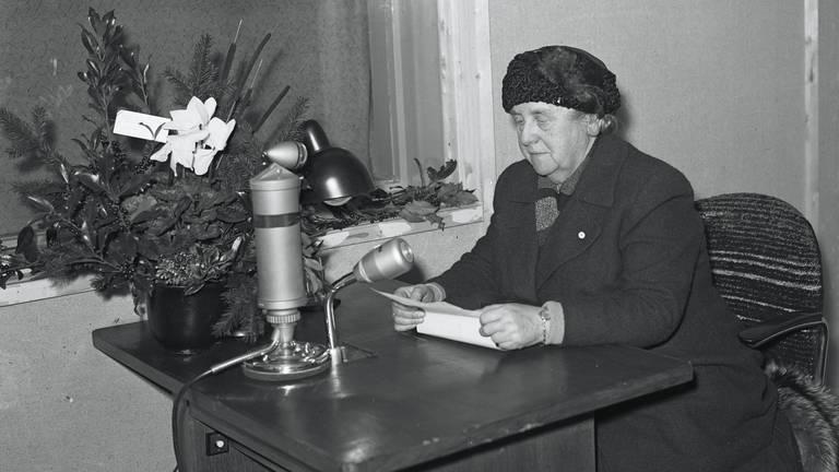 Koningin Wilhelmina bij de radio in Eindhoven in 1945 (foto: NA)
