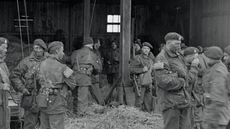 De commando's in de Biesbosch in een schuur (foto: IWM/Imperial War Museum London)