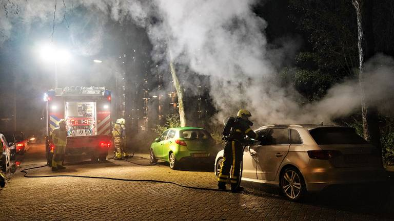 De brandweer bluste het vuur bij de auto in Oosterhout (foto: SQ Vision).