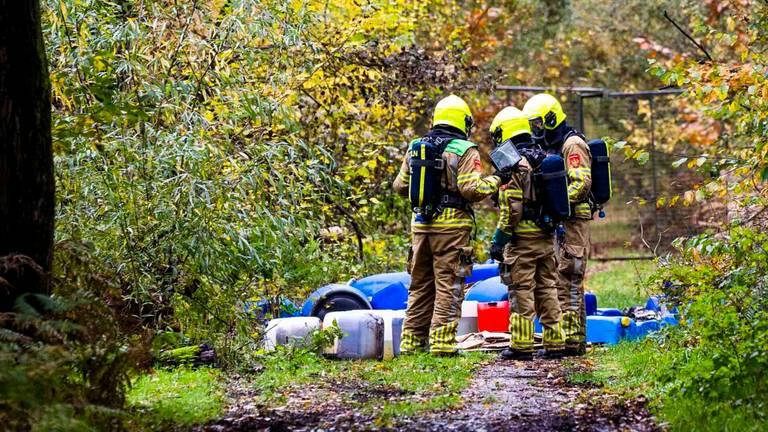 De brandweer bij de gedumpte vaten drugsafval tussen Helenaveen en Griendtsveen (foto: Dave Hendriks/SQ Vision).