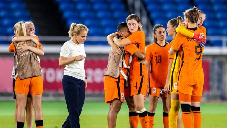 Teleurstelling bij de voetbalsters (foto: Koen van Weel/ANP).