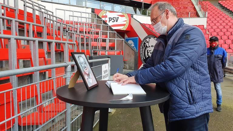 Een fan tekent het condoleanceregister (foto: Collin Beijk).