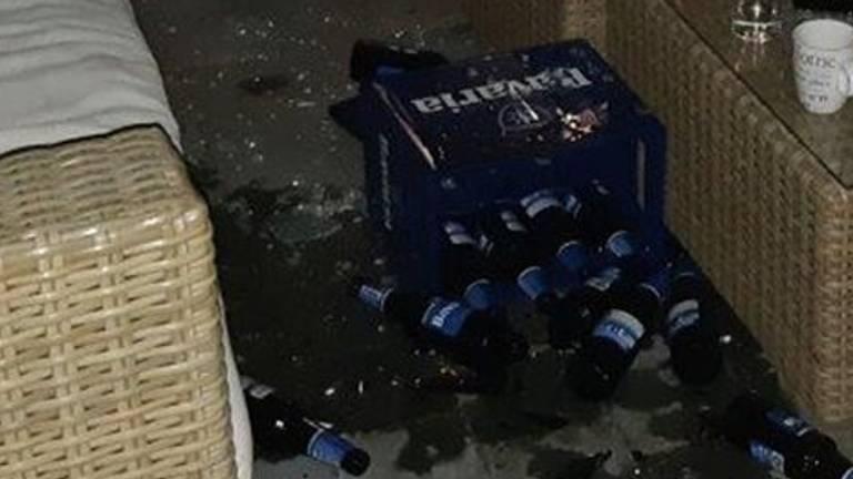 De buurvrouw en haar bezoekers werden bekogeld met bierkratten (foto: politie Oss).