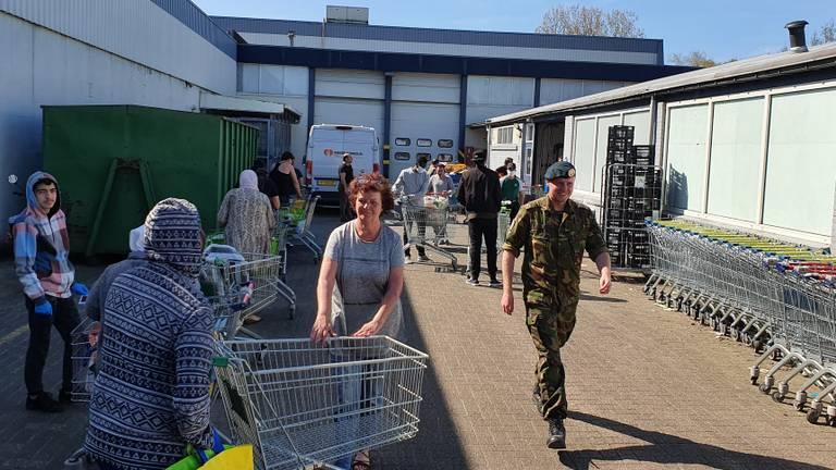 Cliënten en vrijwilligers kijken totaal niet op van de militaire hulp.
