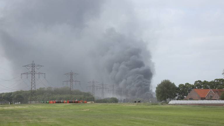Bij de brand komt veel rook vrij (foto: Christian Traets/SQ Vision).
