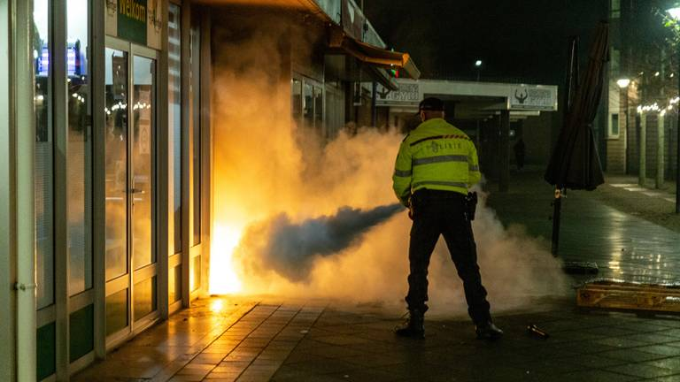 De brandweer bluste de wand in Oosterhout (foto: SQ Vision).