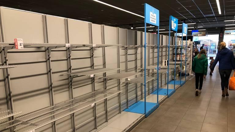 Er werden lang houdbare producten gehamsterd in supermarkten (foto: Joris van Duin).