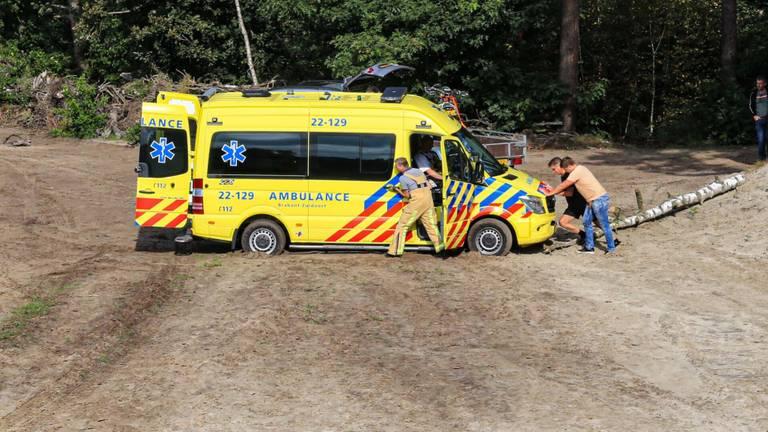 De ambulance kwam vast te zitten in het mulle zand in Bakel (foto: Harrie Grijseels/SQ Vision).