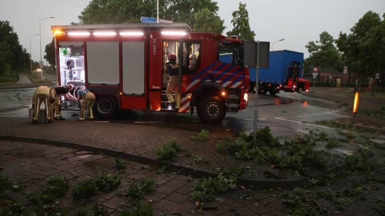 De brandweer rukte uit naar de Kempenweg in Oirschot om afgebroken takken van de weg te halen (foto: Sander van Gils/SQ Vision).