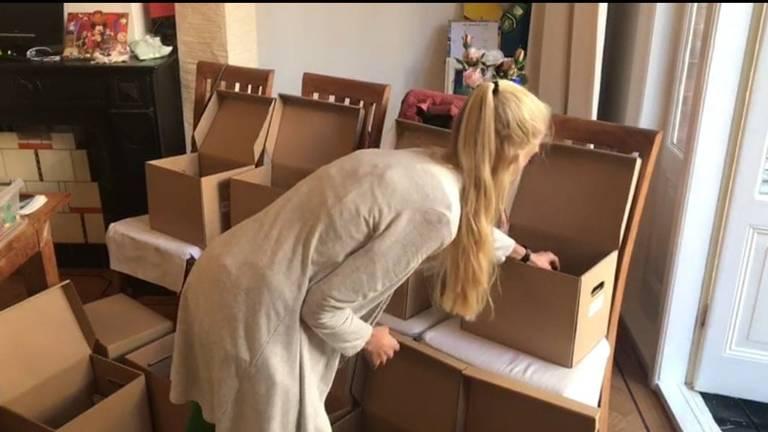 Nadat Miriam een aanvraag krijgt, stelt ze zelf de inhoud van de doos samen.