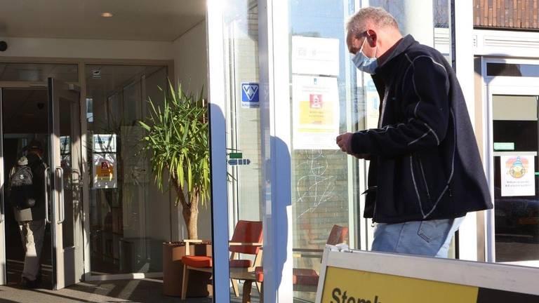 Stemmen in coronatijd in Helvoirt.(foto: Bart Meesters Meesters Multi Media)