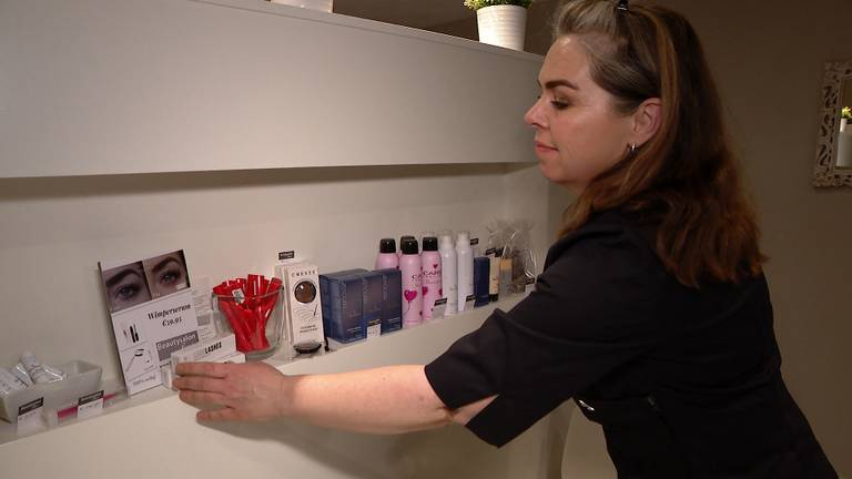 Joyceline in haar beautysalon (foto: Jan Waalen).