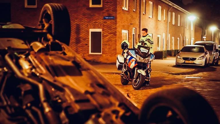 De bestuurder van de gecrashte auto in Eindhoven werd aangehouden (foto: Sem van Rijssel/SQ Vision).