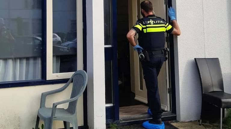Een agent tijdens het onderzoek (foto: politie Den Bosch Facebook).