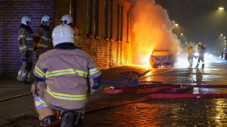 De brandweer aan de slag op de Kardinaal de Jongstraat in Oss (foto: Gabor Heeres/SQ Vision).