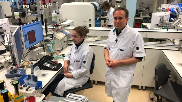 Arts-microbioloog Jean-Luc Murk in het laboratorium van het Elisabeth-TweeSteden Ziekenhuis.