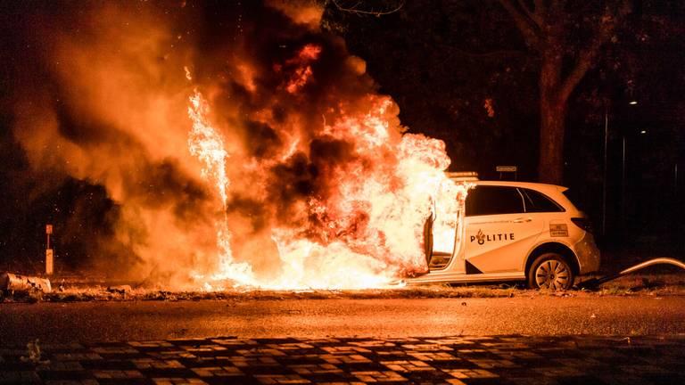 De politieauto vatte na de crash in de Tilburgse Sweelincklaan vlam (foto: Jack Brekelmans/SQ Vision).