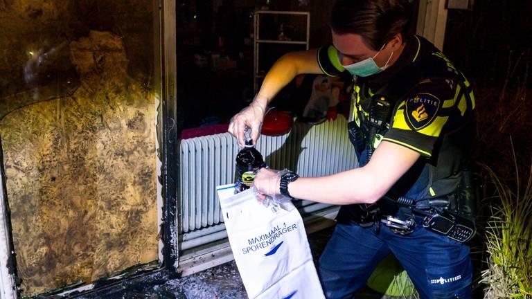 De politie heeft de fles met brandbare vloeistof meegenomen voor onderzoek (foto: Marcel van Dorst/SQ Vision).