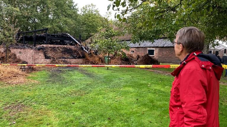 Voorzitter Hans van Sleuwen bekijkt de schade na de brand (foto: Jos Verkuijlen).