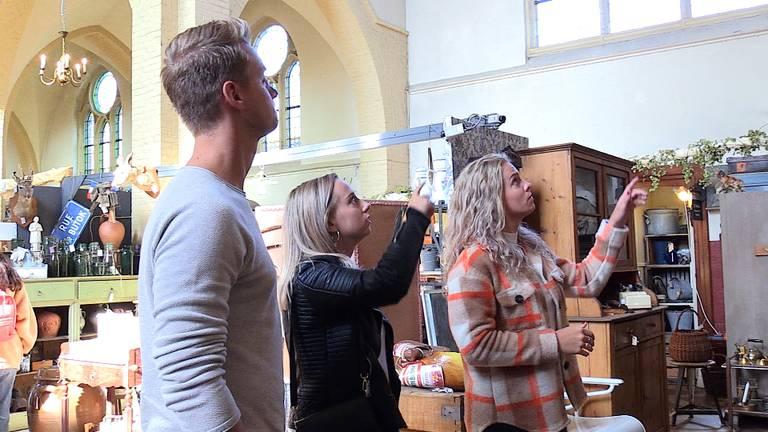 Broer en zussen Van Pelt bekijken de kerk die ze hebben gekocht