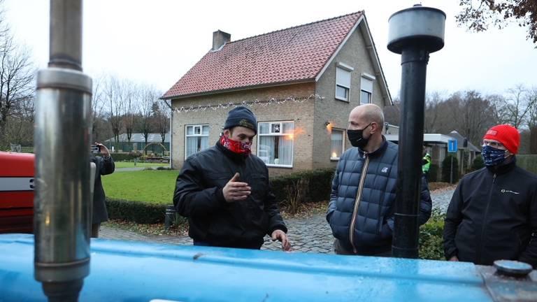 Frits van Eerd (midden) overlegt met boeren (foto: Bart Meesters Multi Media/SQ Vision Mediaprodukties).