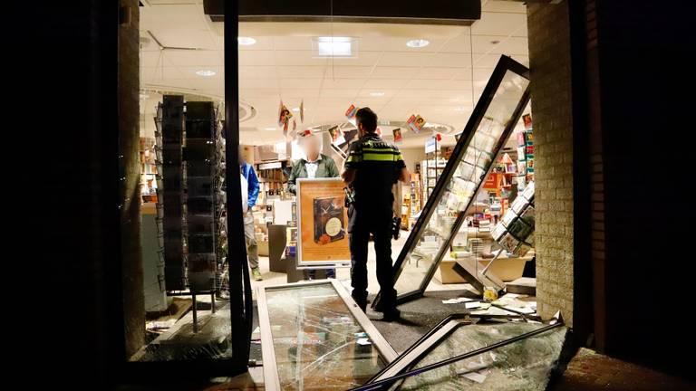 Een ravage in de winkel nadat ramkrakers toesloegen (foto: SK-Media / SQ Vision).