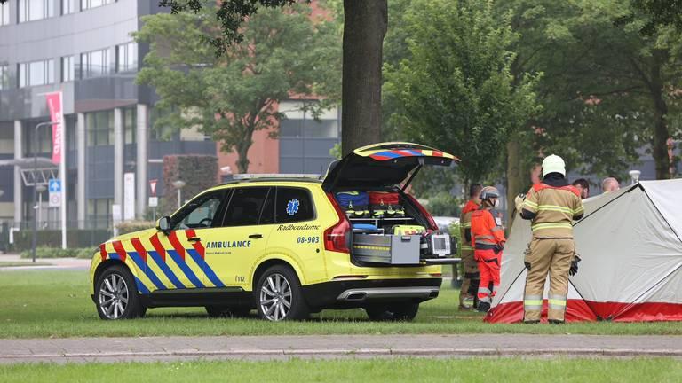 Na de botsing op de Hervensebaan in Den Bosch werden meerdere hulpdiensten opgeroepen (foto: Bart Meesters).