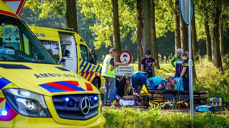 Twee wielrenners zouden naar een ziekenhuis zijn gebracht (foto: Sem van Rijssel/SQ Vision).