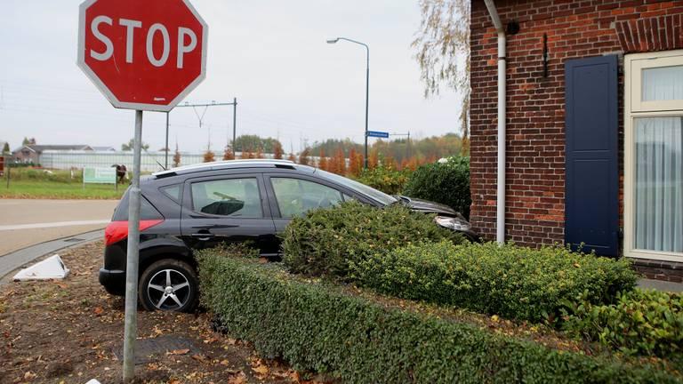 Een auto tegen de gevel in 2015 (foto: Bart Meesters/SQ Vision Mediaprodukties).