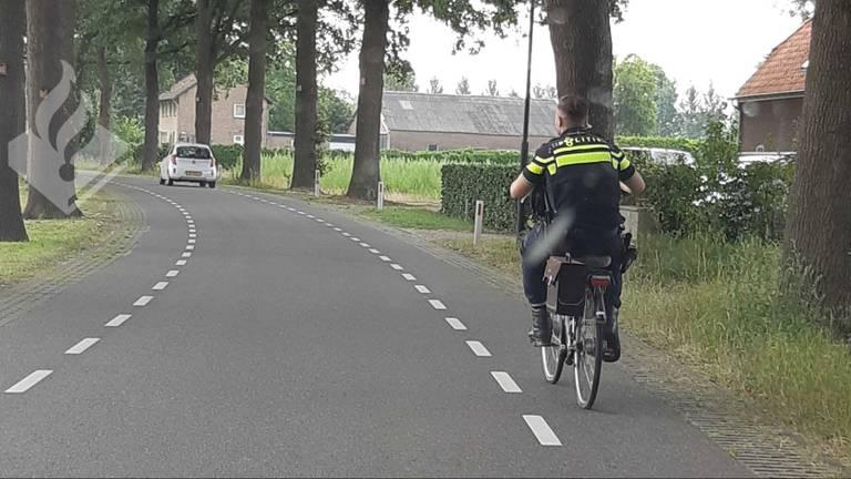 Een agent reed de fiets van de hoogbejaarde man terug naar Gemonde. (Foto: Ger Roumen / Twitter)
