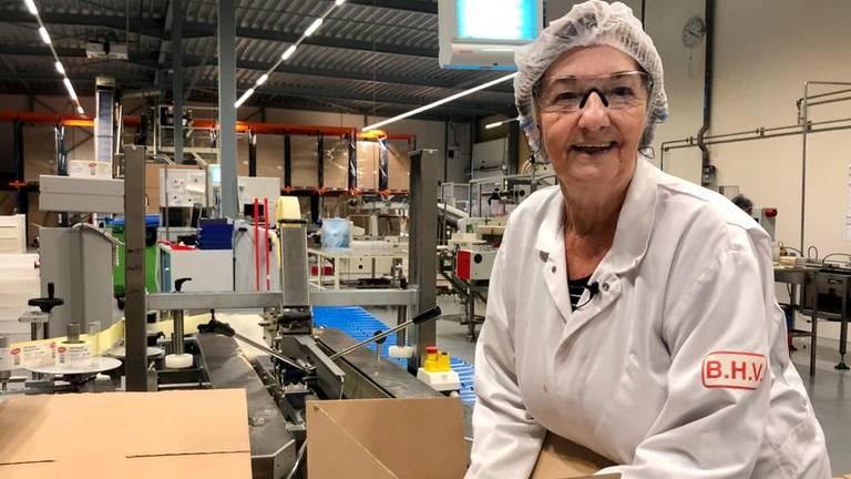 Lonka bestaat 100 jaar, Annie Vergouwen werkt er al meer dan 50 jaar (foto: Erik Peeters).